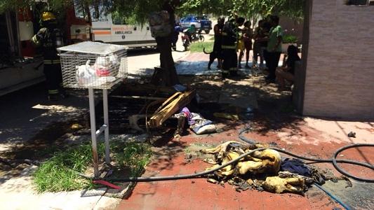 Por el cortocircuito de un enchufe, se les quemó la casa y perdieron todo