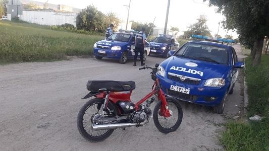 Vio el control, tiró la moto, intentó huir y quedó detenido