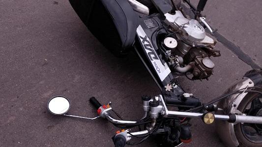 Una mujer cayó de su moto y fue trasladada al Hospital con graves heridas