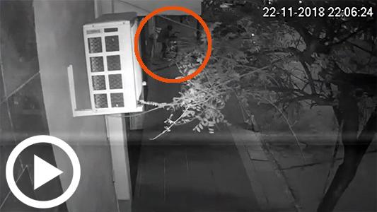 En pocos segundos: así robaron una bicicleta atada con candado tres jóvenes