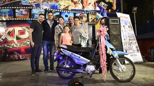 Festejo y sorteos en Villa Nueva: Vilma se llevó la moto y Sandra el Smart TV