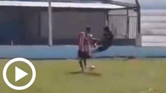 Vergüenza en la Liga: Agreden a árbitros por una falta y suspenden partido