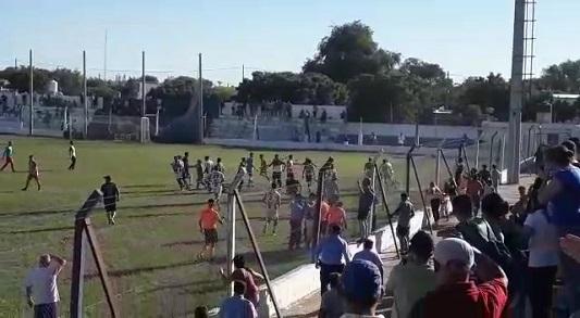 Violencia en el fútbol: Imputaron a tres jugadores de Argentino por las agresiones