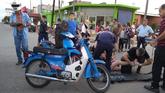 Choques de motos: Mamá con dos niños sufrió heridas graves