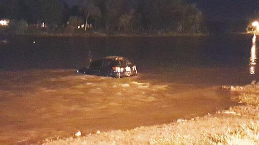 A una semana del trágico suceso, otro auto cayó al río en Villa María