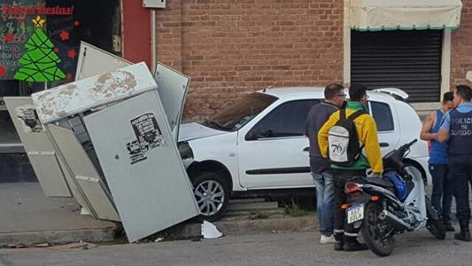 Chocaron contra una caja del servicio telefónico: No hubo heridos