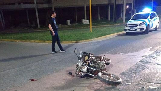 Avenida peligrosa: choque entre un auto y moto dejó un herido