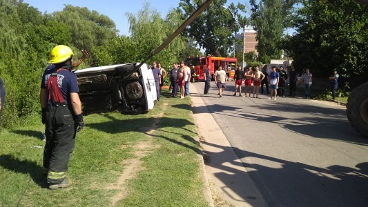Impacto y dolor por el trágico accidente con un auto caído al río