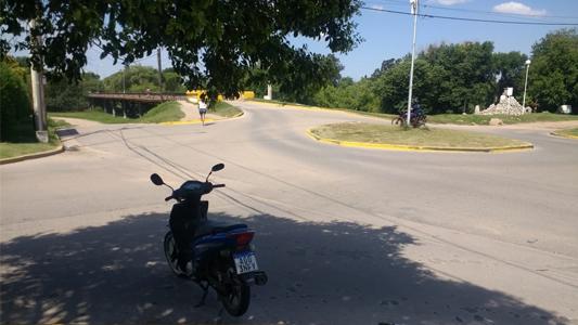 Perdió el control de la moto, se cayó y sufrió heridas graves