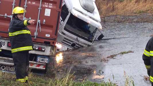 Arroyo Cabral: Camión despistó en ruta 158 y se fue a la banquina inundada
