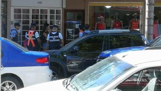 Las desubrieron robando ropa de un local: estan detenidas