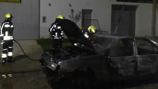 Bomberos sofocaron un auto estacionado que se incendió en la vía pública