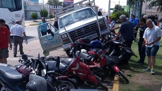 Camioneta perdió el control y terminó arriba de 10 motos