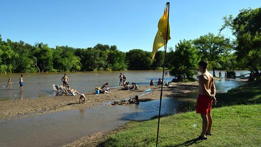 Bajó el río, aparecieron las playas y la gente empezó a sacarle jugo al verano
