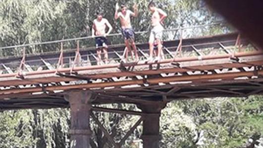 En presencia de bañeros, niños se lanzan al agua desde la altura