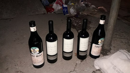 Se robaron un fernet y dos vinos de un supermercado de Villa Nueva