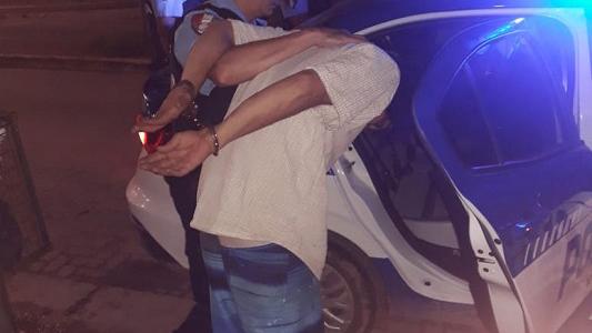 Vecino molesto alteró a todos con su música y hasta le pegó a un policía