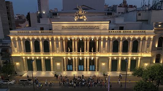 Quedó iluminada la nueva fachada del Teatro del Libertador