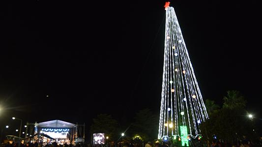 Tio Pujio encendió su árbol gigante de navidad