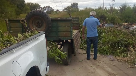 La camioneta escrachada tirando basura tiene importantes deudas