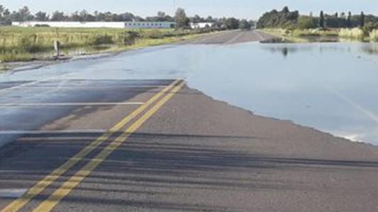 Bell Ville: Por las lluvias, cortaron un acceso y trabajan en desagües