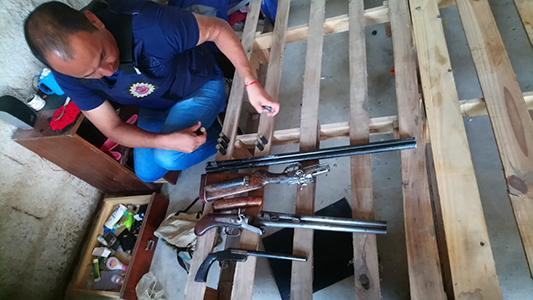Allanaron siete viviendas por robos: detuvieron a dos jóvenes y secuestraron armas