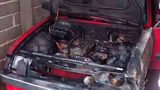 Se prendió fuego un auto adentro de un taller mecánico
