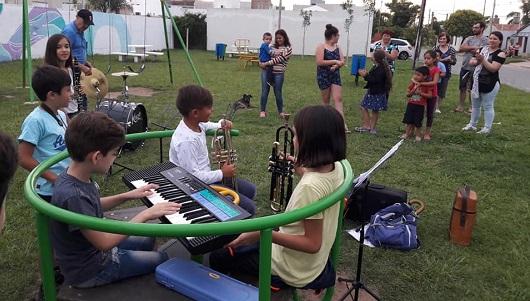 Gira por los barrios la orquesta de futuros músicos que aprenden jugando