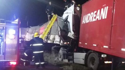 Chocaron dos camiones en la Autopista y un chofer quedó atrapado