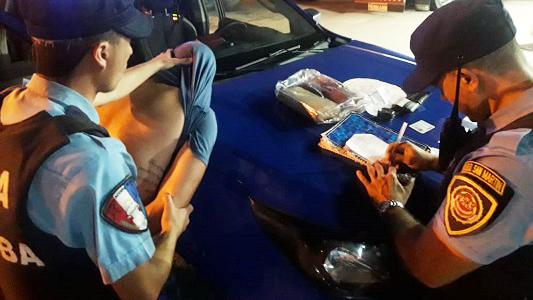 """Drogas en la mochila: Lo agarraron en el colectivo con dos """"ladrillos"""""""