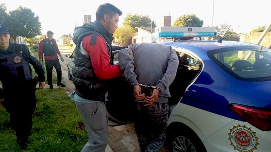 Detuvieron a 3 asaltantes: Golpearon a remisero para robarle y amenzaron con un cuchillo en otro hecho