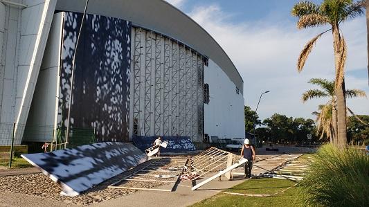 Prepartivos para el Festival: Renuevan lonas exteriores del Anfi que estaban rotas