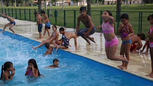 ¡A la pileta! Más de 600 personas disfrutan del verano en el natatorio municipal y de dos clubes