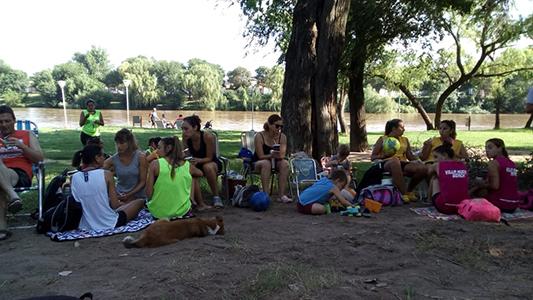 30 parejas se preparan para disputar un torneo de voley en el Parque Yrigoyen