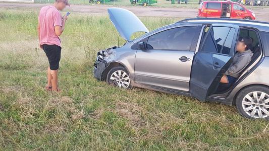 Colisión en la Autopista: Por esquivar una moto, chocaron dos autos