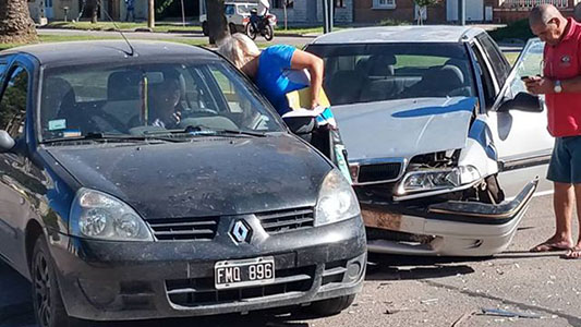 Accidente entre dos autos: Fue en un bulevar y sufrieron daños ambos vehículos