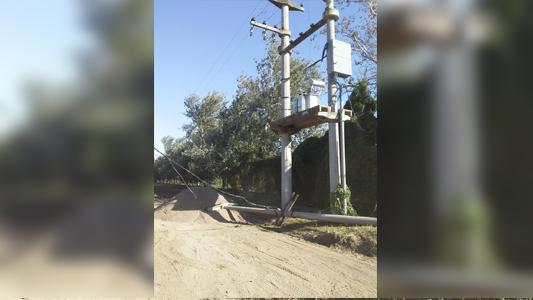 Choque de máquina vial dejó a medio barrio sin luz