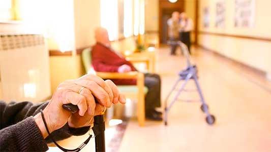 Desalojos de geriátricos: Cómo saber si los hogares para abuelos están habilitados