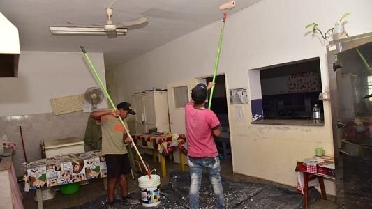 Arreglan pisos, baños, paredes y aulas en la escuela Juana Manso
