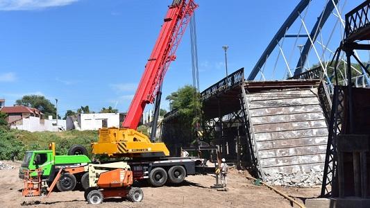 Retiran la parte caída del puente Vélez Sársfield para avanzar en la reconstrucción