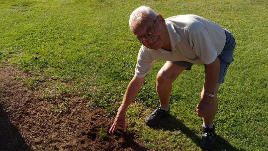 Pasó los 90 años y hace jardinería para todos en los canteros del bulevar