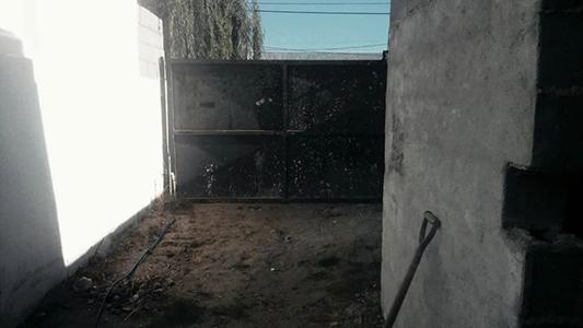 Insólito: Dueños denuncian que les robaron un portón de una casa en construcción