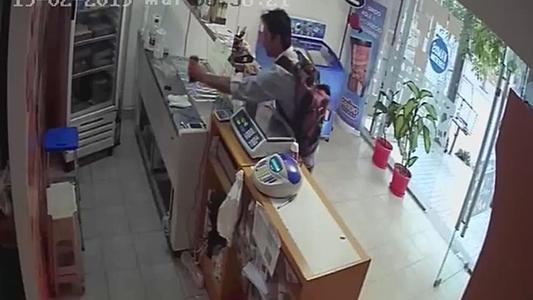 Robó celular de empleada de comercio y quedó registrado en las cámaras