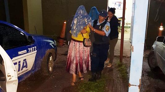 Estafadores escondidos en un maizal: Los agarraron con joyas y miles de pesos