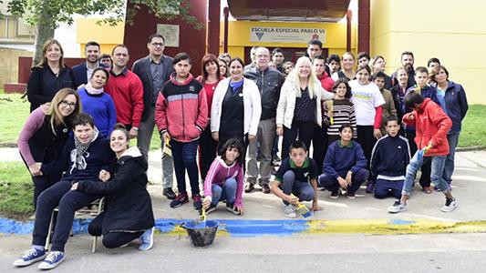 Cordones azules en Villa Nueva para marcar la inclusión al estacionar