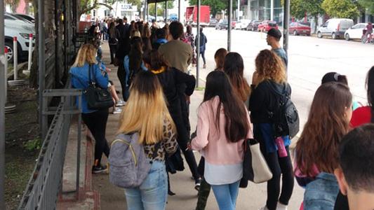 Boleto Educativo Gratuito: Largas filas de usuarios para gestionar la tarjeta