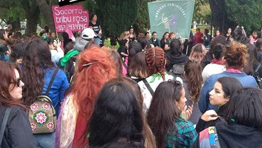 """Más de mil mujeres recorrieron las calles al grito de """"aborto legal"""" y """"basta de femicidios"""""""