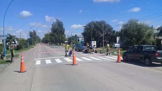 Seguridad vial: Pintan sendas peatonales frente a las escuelas de la ciudad