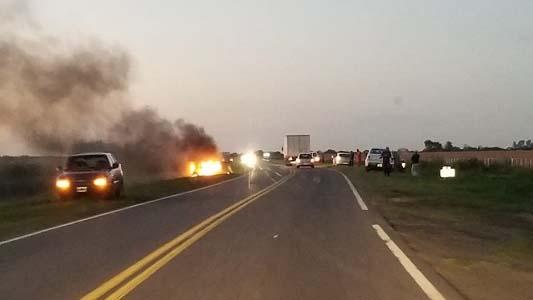 Auto se quemó por completo sobre ruta nacional 158