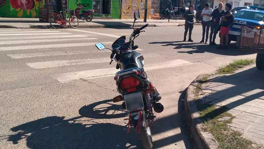 Motociclistas con graves heridas en accidentes: un auto se dio a la fuga